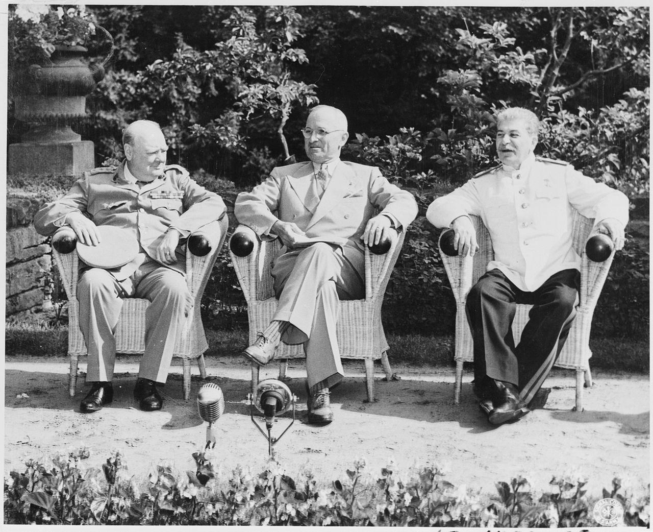 Photo d'histoire où on voit les trois vainqueurs de la IIe guerre mondiale dans le jardin de Cecilienhof
