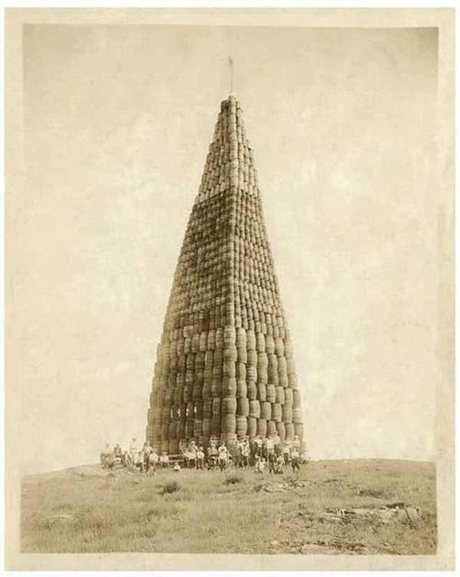 Montagne de tonneaux d'alcool élevée aux Etats-Unis dans le but d'être brûlée dans le cadre de la Prohibition