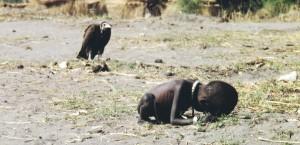Photo de Kevin Carter prise en 1993 au Soudan avec un enfant et un vautour en fond.