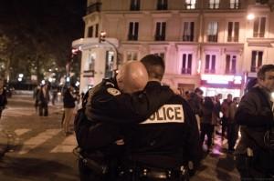 Photo de Benjamin Filarski. Deux policiers en pleur après les attentats de Paris.