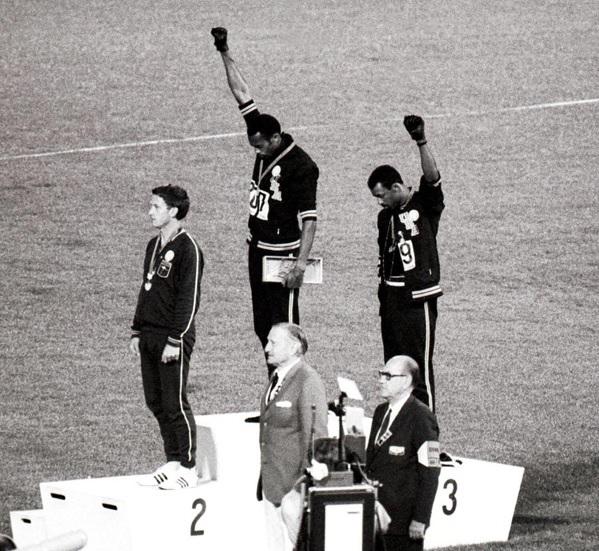 Photo salut Black Power de Smith et Carlos avec Norman qui les supporte. Photo des JO de Mexico en 1968