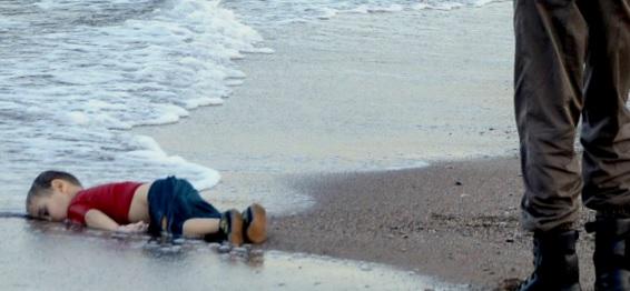 Photo d'Aylan sur la plage turque. Aylan est un enfant syrien mort pendant le départ de sa famille pour le Canada