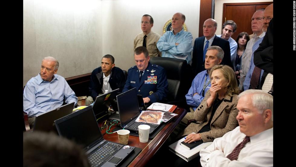 Photo de Pete Souza à l'intérieur de la Situation Room montrant Barack Obama et les membres de la sécurité américaine pendant l'opération pour capturer Oussama Ben Laden