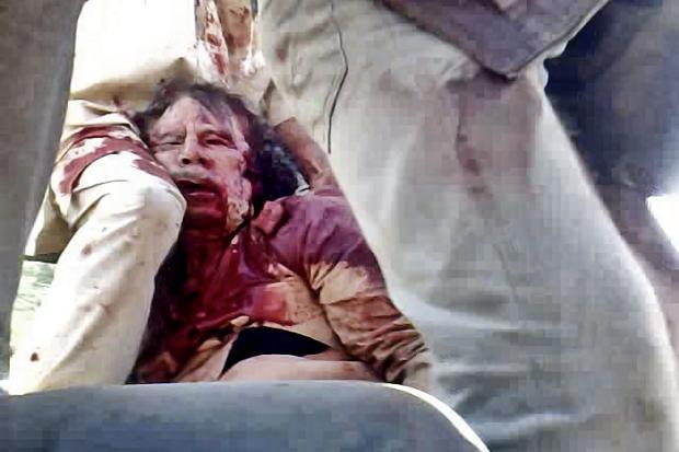 Photo du corps et mort de Mouammar Kadhafi en 2011 par les forces rebelles