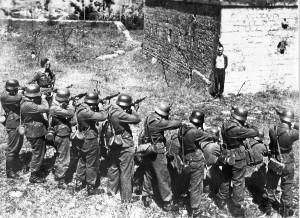 Photo historique de Georges Blind devant un peloton d'exécution nazis en 1944.