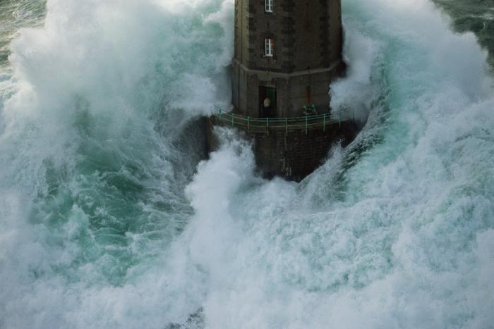 Photo du phare La Jument pendant une tempête. Photo de Jean Guichard prise en 1989