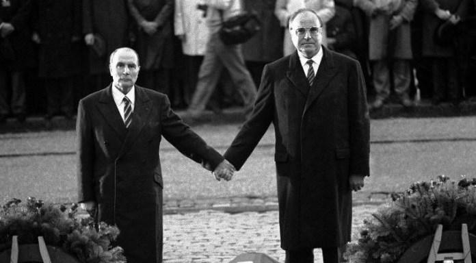 Photo du président François Mitterrand et du Chancelier allemand Helmut Kohl se tenant la main lors de la cérémonie de 1984 en l'hommage de victimes de Verdun.