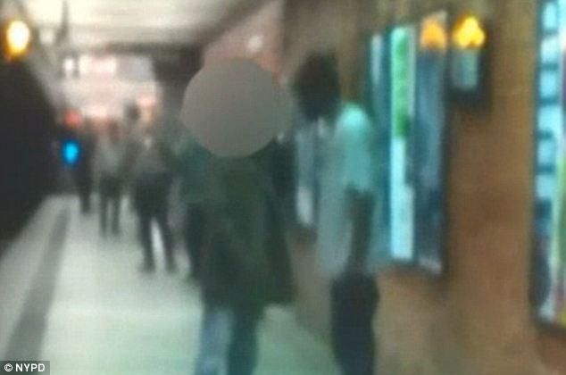 Photo de Han et de Davis en train de parler sur le quai du métro de la ligne Q à la station de la 49th Street.