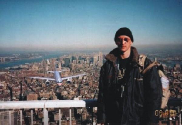 Tourist guy, la photo mème célèbre et datée du début du siècle après les attentats du World Trade Center. Cette photo a fait le tour du monde malgré toutes les incohérences.