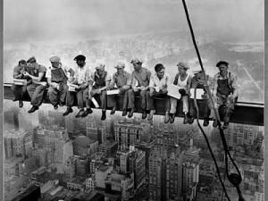 Des travailleurs à plusieurs centaines de mètres d'altitude en train de manger sur un échaffaudage sans aucune sécurité. Immortalisés par Charles Ebbets.