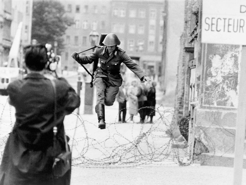 Hans Conrad Schuman saute par dessus les barbelés séparant RDA et RFA avant la construction du mur.