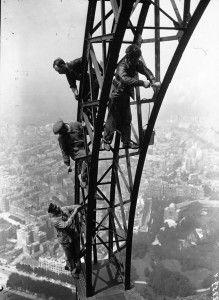 Des ouvriers en train de peindre la Tour Eiffel