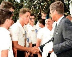 Photo historique illustrant la rencontre entre Bille Clinton, futur président et John F. Kennedy, président de l'époque.