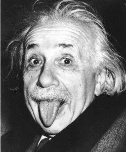 Célèbre photo de l'histoire où l'on voit Einstein tirer la langue au photographe qui a fait son plus célèbre portrait