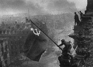 Célèbre photo d'Histoire, ce cliché d'un reporter de guerre illustre un soldat russe plantant le drapeau communiste au dessus du Reichstag allemand le 2 mai 1945 avec en fond, un décor post apocalyptique.