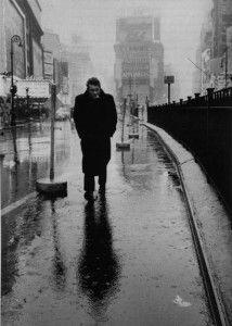 James Dean avançant sur Times Square sous un ciel peu généreux. Photo célèbre de l'acteur qui s'apprête à devenir une légende.