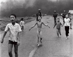 Photo d'histoire : Nick Ut photographie Kim Phuc après un bombardement au napalm pendant la guerre du Vietnam