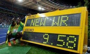 Photo d'Usain Bolt devant son chronomètre du 100m a 9 secondes et 58 centièmes. Record non battu depuis.