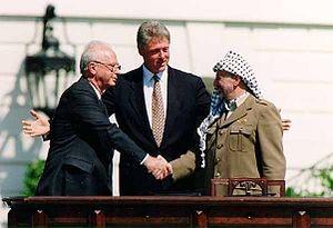 Photo de lasignature d'Oslo avec Bill Clinton entourant Rabin et Arafat - Photo de Vincent Musi pour la Maison Blanche