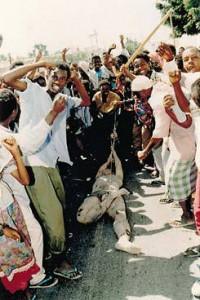 Photo de Paul Watson, The Back Hawk Down montrant un soldat trainé dans les rues de Mogadiscio en Somalie