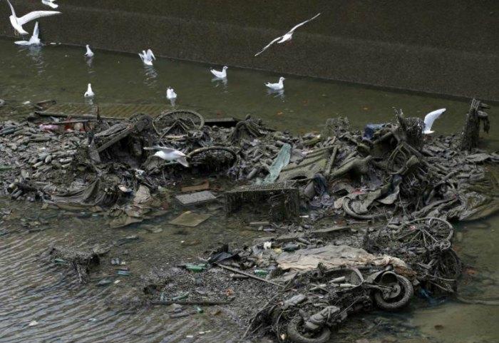 Photo des déchets retrouvés dans les fonds du canal Saint-Martin, vidé pour son entretien pendant 3 mois début 2016