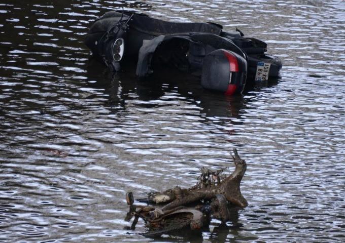 Photo insolite. Scooter et vélib' retrouvés dans le canal Saint-Martin vidé
