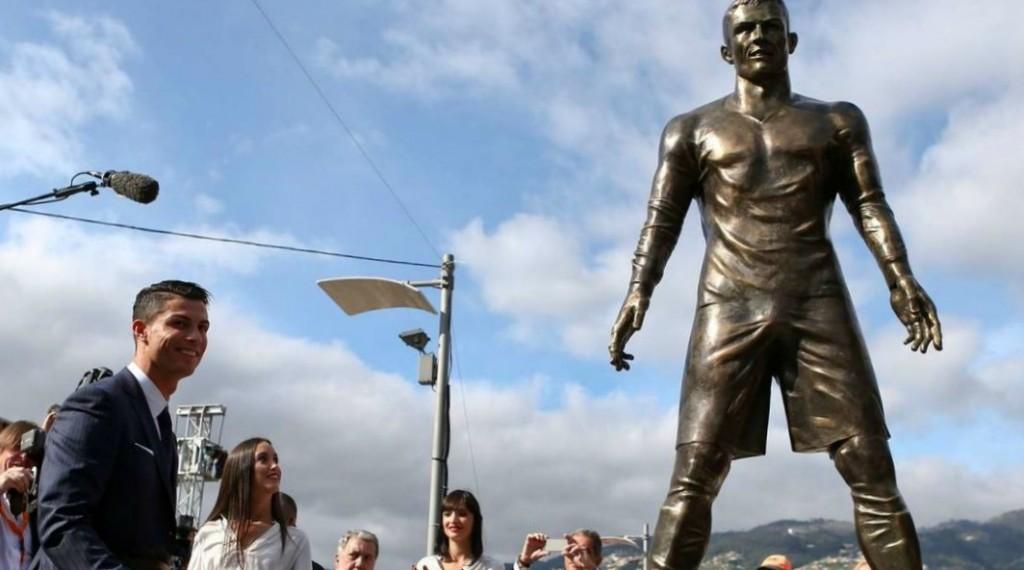 Photo de la statue de Cristiano Ronaldo normale prise lors de l'inauguration.
