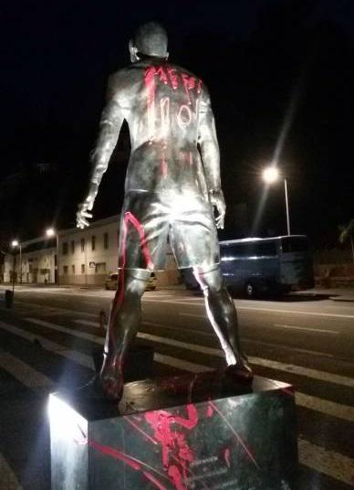 Photo de la statue de Cristiano Ronaldo vendalisée par des fans de Messi