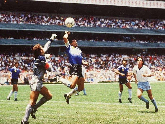Photo de la main de dieu en 1986 par Maradonna contre l'Angleterre